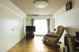 リビングの金色の床が素敵なマンションリフォーム