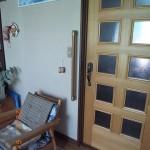 ドア横に縦手摺を設置です。