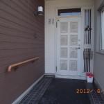 玄関ポーチに手摺を設置です。