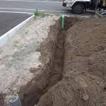 地中に埋設配管する為に根堀しました。この部分にガス管(PE管)を埋設します。