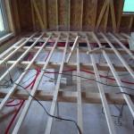 1階床下地の根太を取り付けます。