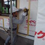 松井さんが通気層を作ります。