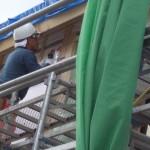 2階の軒天下地組作業を鈴木さんが行っています。