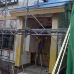 山本棟梁が玄関部分の軒天下地組作業中