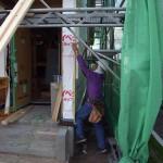 山本棟梁も玄関の横で作業中です。