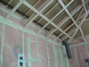 2階の断熱材を入れて気密シートを張ったところ 天井下地の上の所がミソです